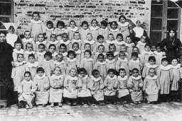 bambini insieme alla suora cappellona in Piazza Matteotti. Anni 20 del Novecento.