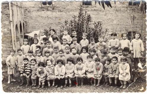 Bambini e bambine dell'Asilo Infantile di Potenza Picena. Anno 1958. Foto Eugenio Borroni.