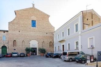 Chiesa Collegiata di S. Stefano e casa Parrocchiale. Foto di Sergio Ceccotti.