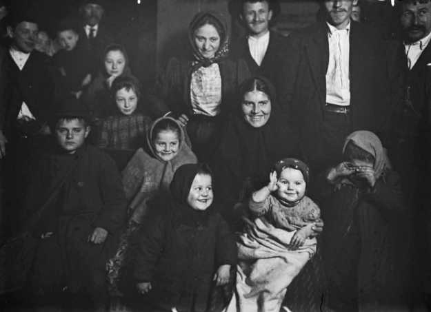 Lewis Hine - Immigrants - Happy Hungarian mother, Ellis Island, 1905