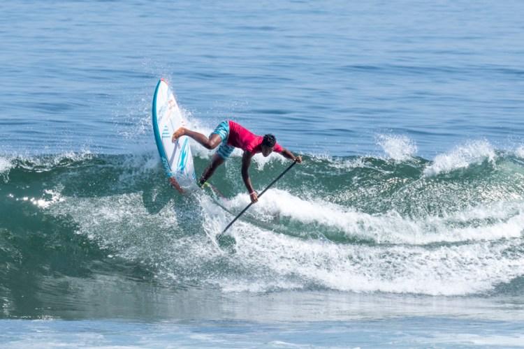 Mauiki Raioha surfeó poderosamente para el Equipo de Tahití. Sin embargo, después de dos Ronda de Repechaje no logró avanzar. Foto: ISA/Ben Reed