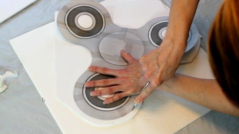 fidget spinner cake cutting around the template