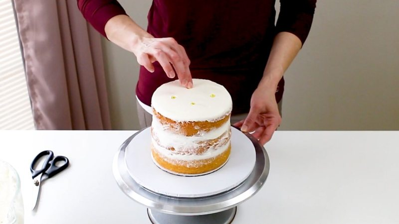 insert dowels into cake tier