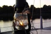 Foto med olielampe, og sejlbåd for anker
