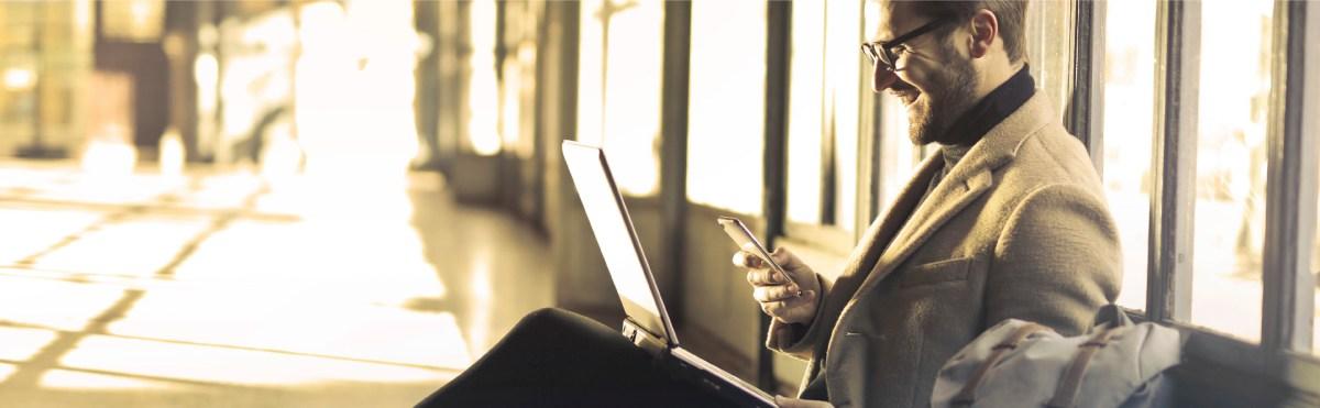 Director trabajando en el aeropuerto mientras espera