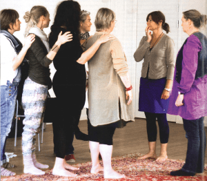 Liv Dhanyo Thommesen laver Familieopstilling med kursister