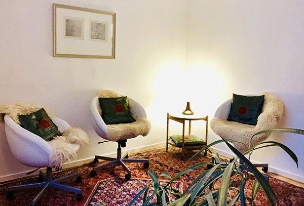 Terapilokale med stole til individuelle sessioner