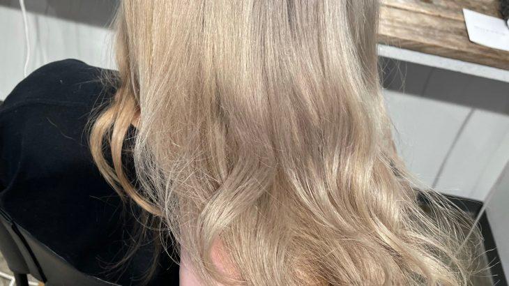 ダメージのある毛先をシルバーに!攻めない薬剤選定で素材美を活かすホワイトブリーチテクニック