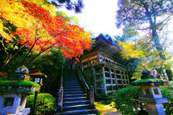 那谷寺本殿の紅葉