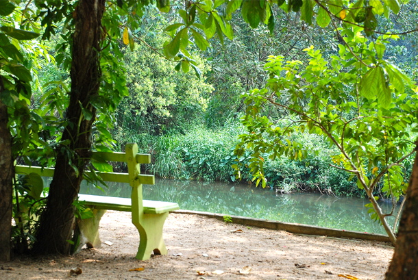 The empty bench by the Kelani River - beckoning me to unblog it all!