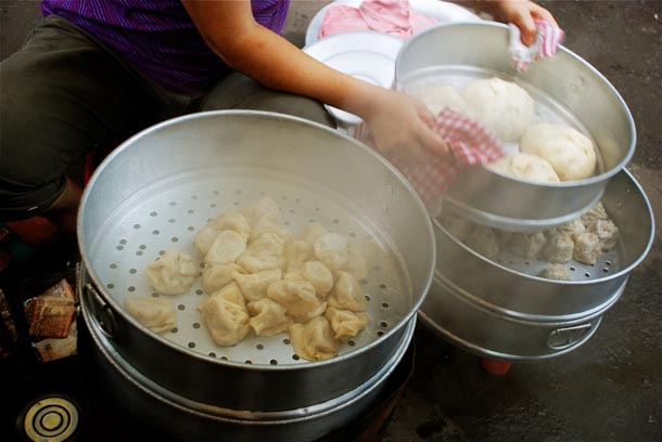 Momos in Tiretti Bazar - The Last Remnants of dwindling Chinese migrants in Kolkata