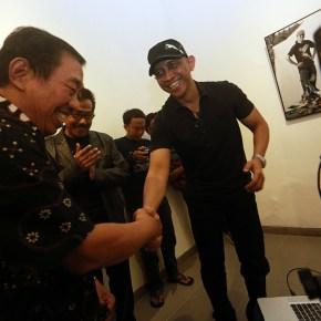 dr Gun Nugroho Samawi Dirut SKH Kedaulatan Rakyat melihat hasil pemotretan on location Roy Genggam