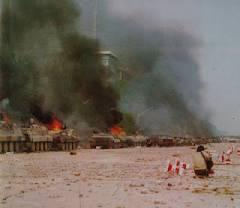tiananmen_1989_02_Mezzi blindati in fiamme.jpg
