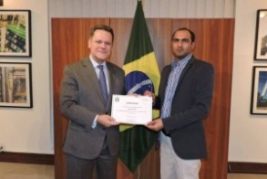 Ambassador of Brazil Alfredo Leoni with accomplished students. Photo: Brazil Embassy Facebook page