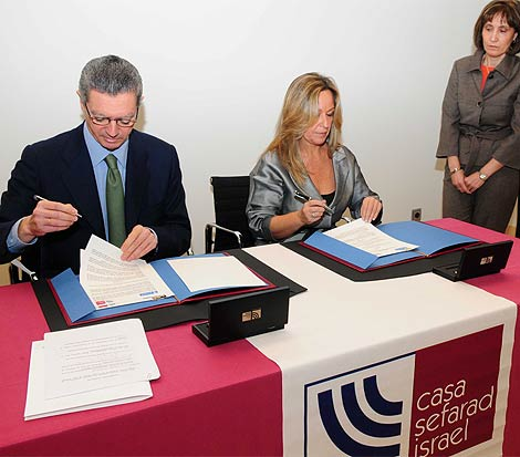Alberto Ruiz-Gallardón y Trinidad Jimenez firman la cesión del Palacio del Cañete a la Casa Sefarad