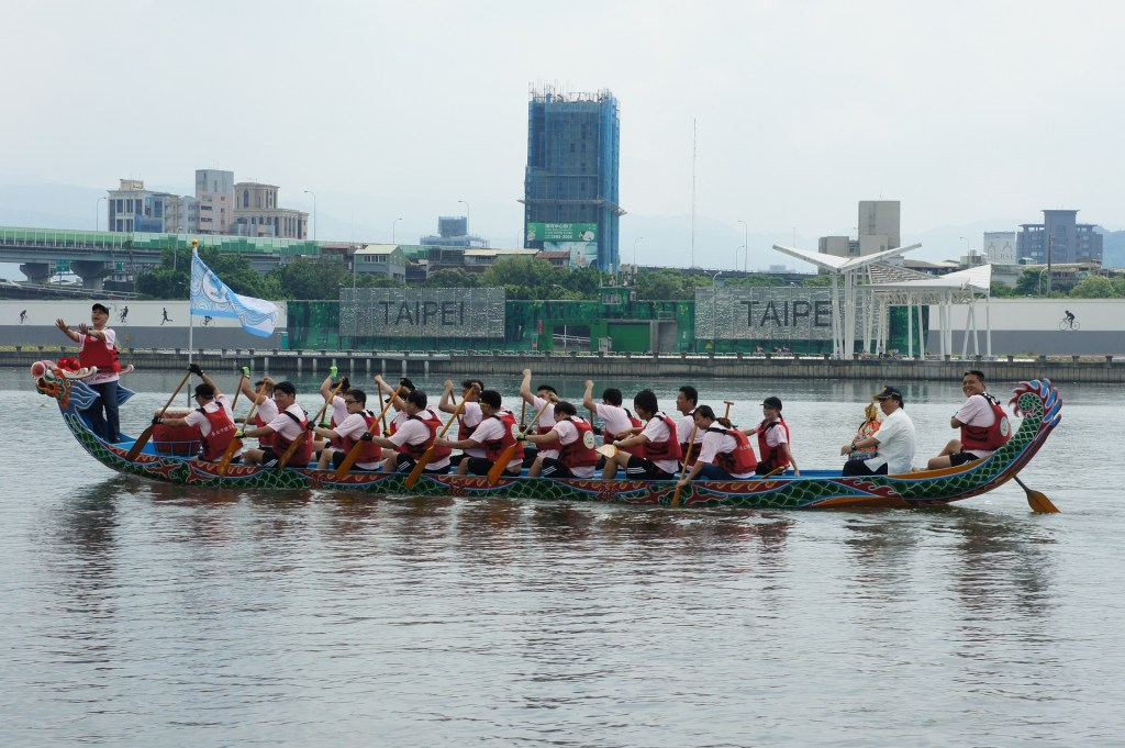 Photo: A Taiwanese dragon boat team in Taipei