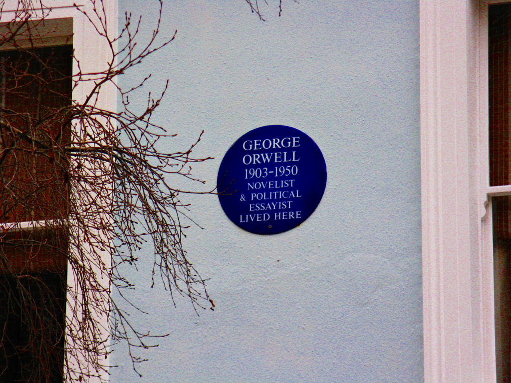 A blue plaque on an Islington house showing that George Orwell lived there.