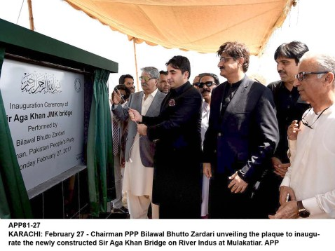 APP81-27 KARACHI: February 27 - Chairman PPP Bilawal Bhutto Zardari unveiling the plaque to inaugurate the newly constructed Sir Aga Khan Bridge on River Indus at Mulakatiar. APP
