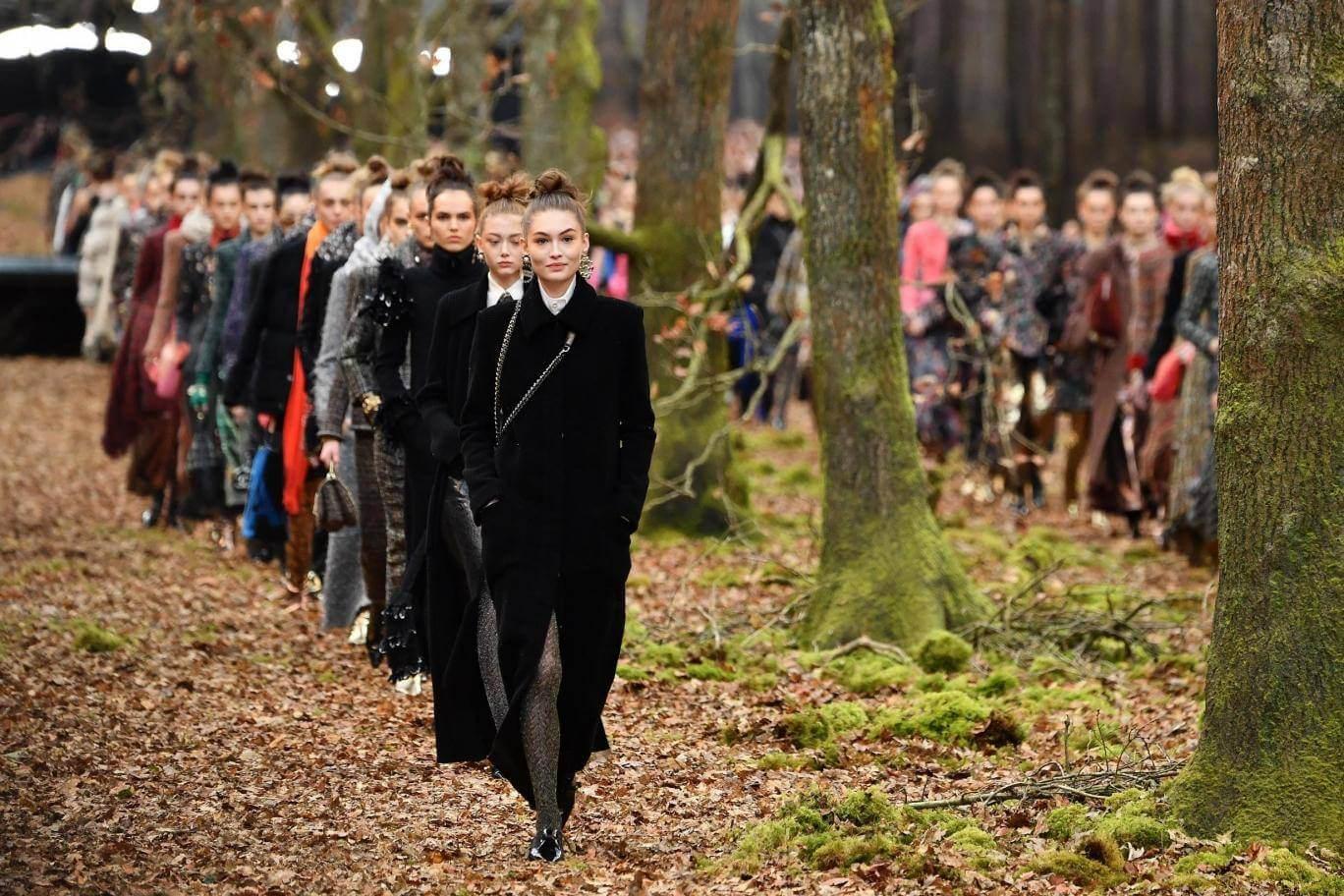 #ParisFashionWeek: Karl Lagerfeld transforma la pasarela de Chanel en un bosque de ninfas de tweed