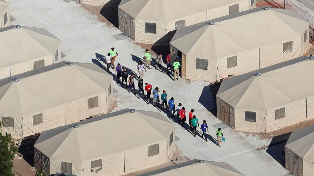 """Parte de las """"carpas"""" en donde se encuentran detenidos todos los niños inmigrantes separados de sus padres en la frontera. Fotografía: Washington Post"""
