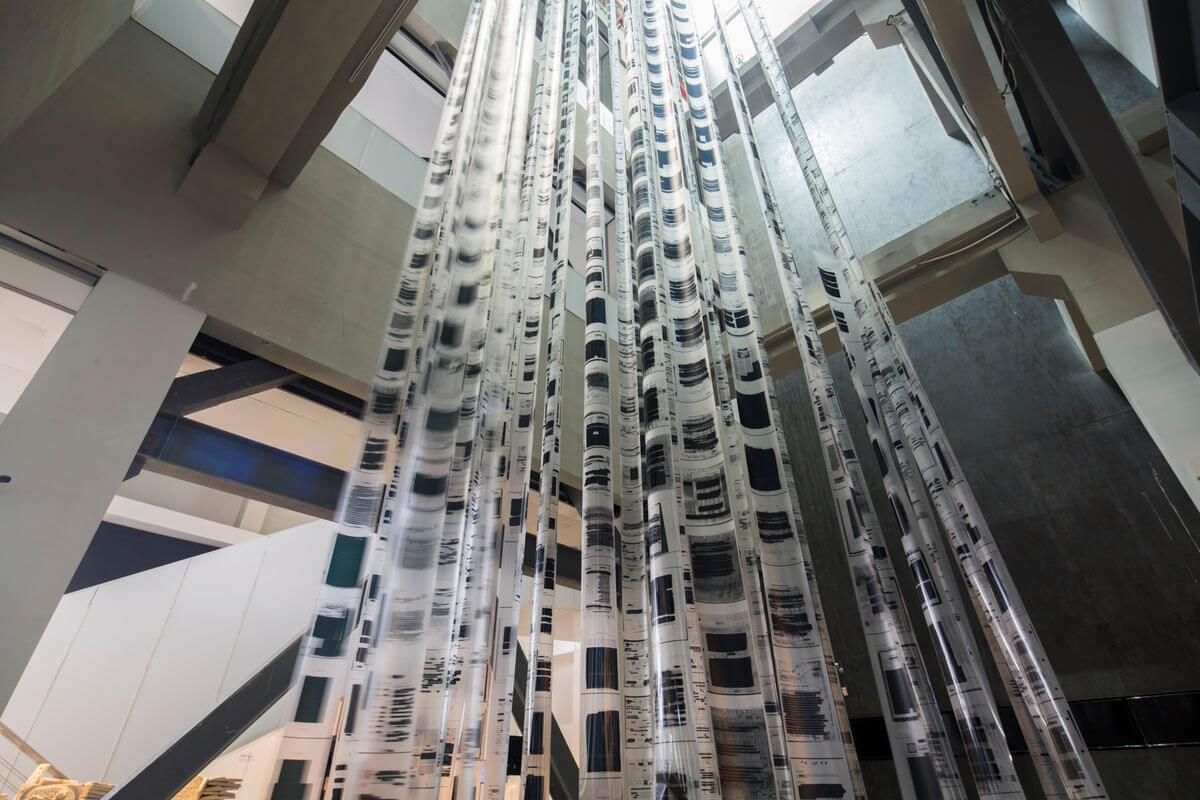 """Voluspa Jarpa, """"Monumental"""". Michael Rakowitz, """"The Looting"""".Imagen: Shanghai Biennale"""