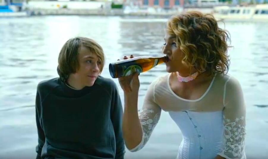 """""""Berlin, I Love You"""": Diego Luna interpreta a una mujer trans en esta historia de amor, compasión y redención"""