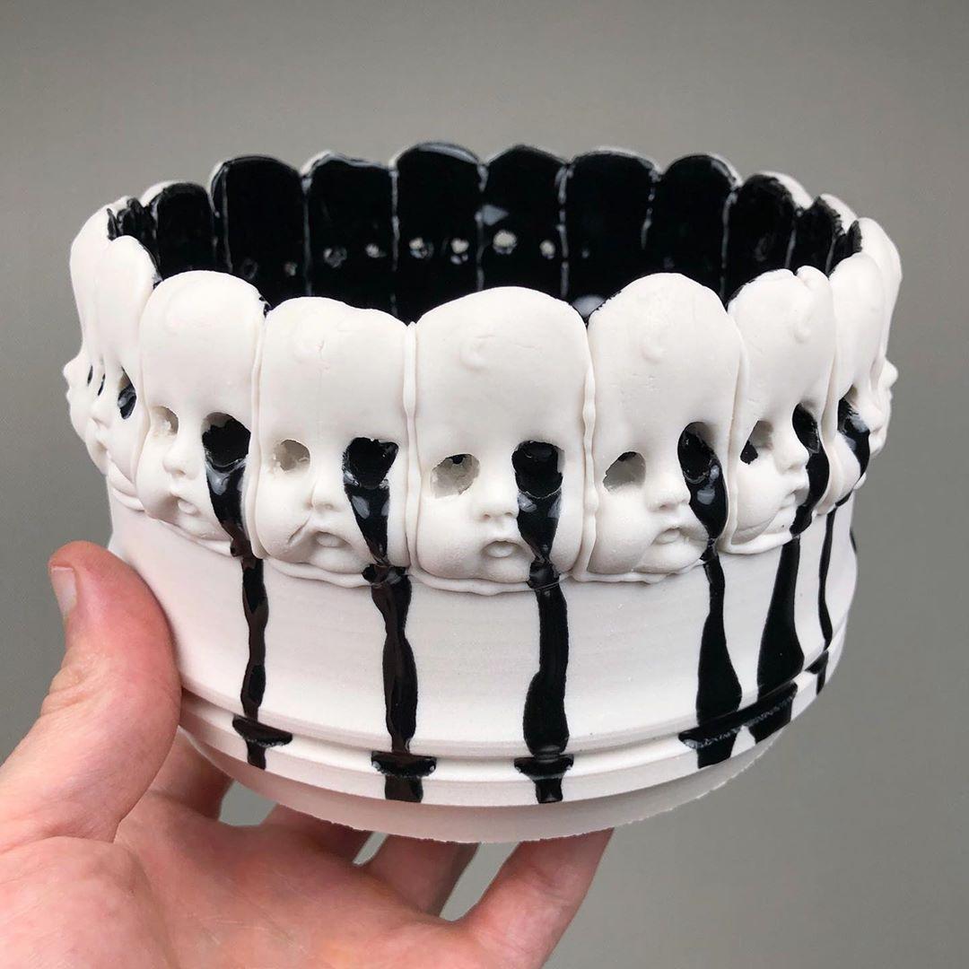 Conoce a Curran Wedner, el artista que hace anatomía surrealista y dark en piezas de cerámica