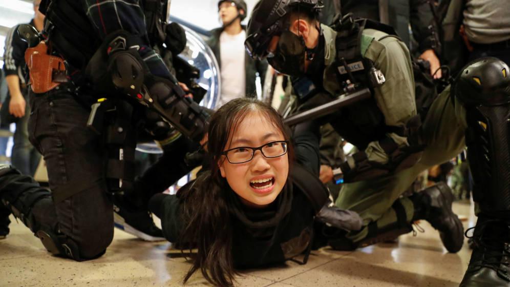 Hong Kong: La violencia se toma los centros comerciales durante la visita de Carrie Lam a Beijing