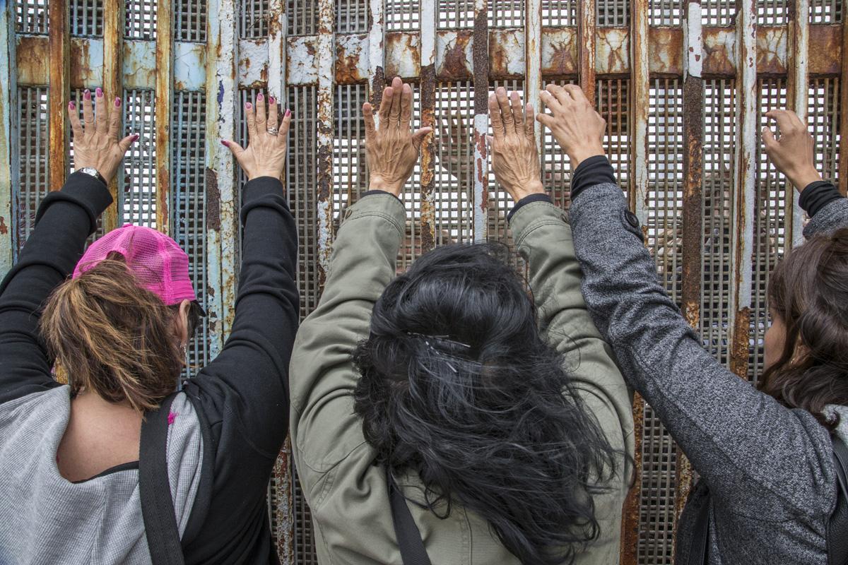"""Miembros de la organización """"Dream Moms"""" se reúnen para un servicio religioso binacional en el muro fronterizo del Parque de la Amistad. Las Madres Soñadoras son madres de ciudadanos estadounidenses o dreamers estadounidenses que son deportadas y separadas de sus hijos. Fotografía: Griselda San Martín"""