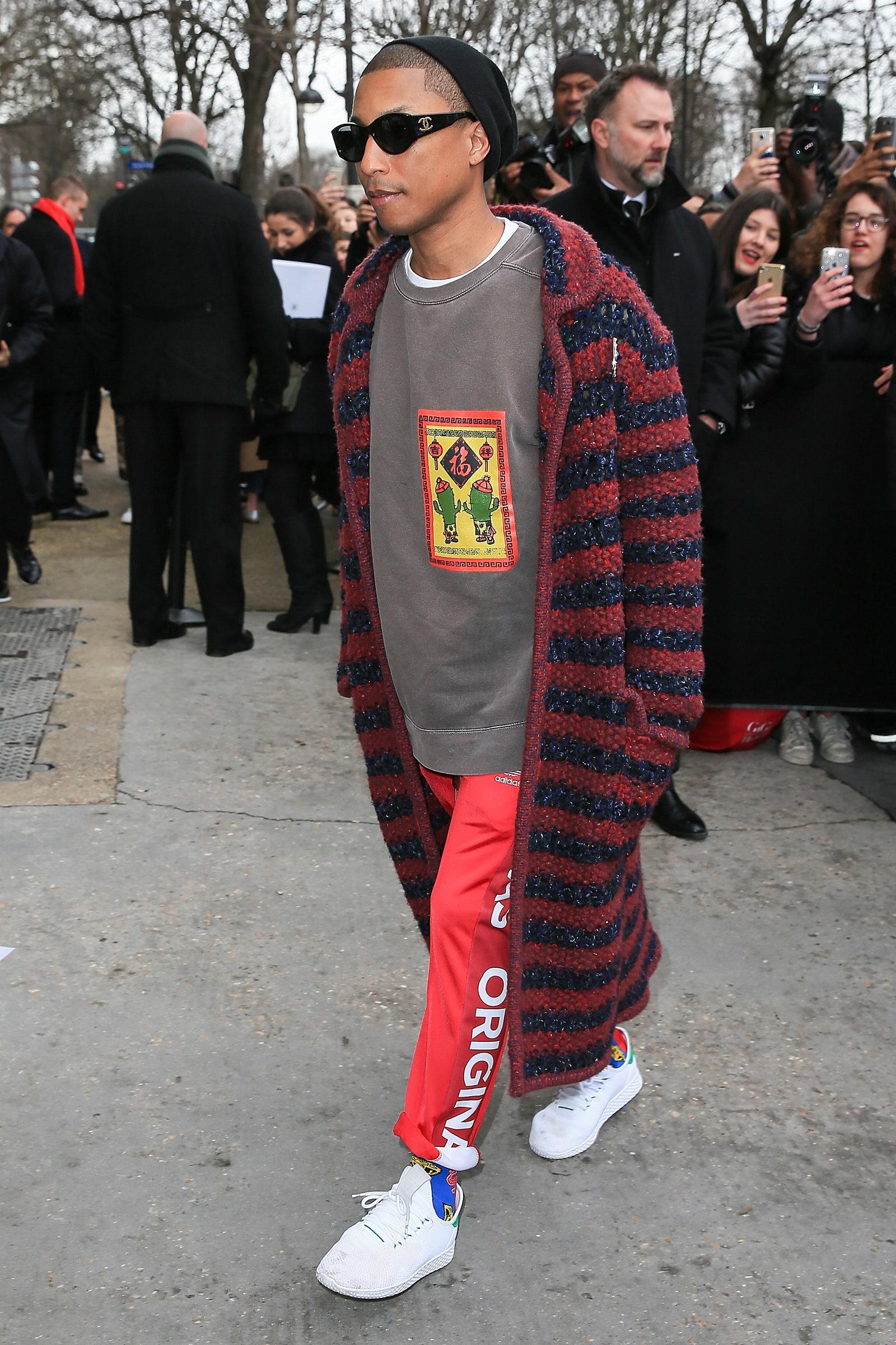 Pharrell Williams llegando al desfile de Chanel en la Paris Fashion Week Womenswear Otoño/Invierno 2017/2018. Fotografía: Pierre Suu/GC Images