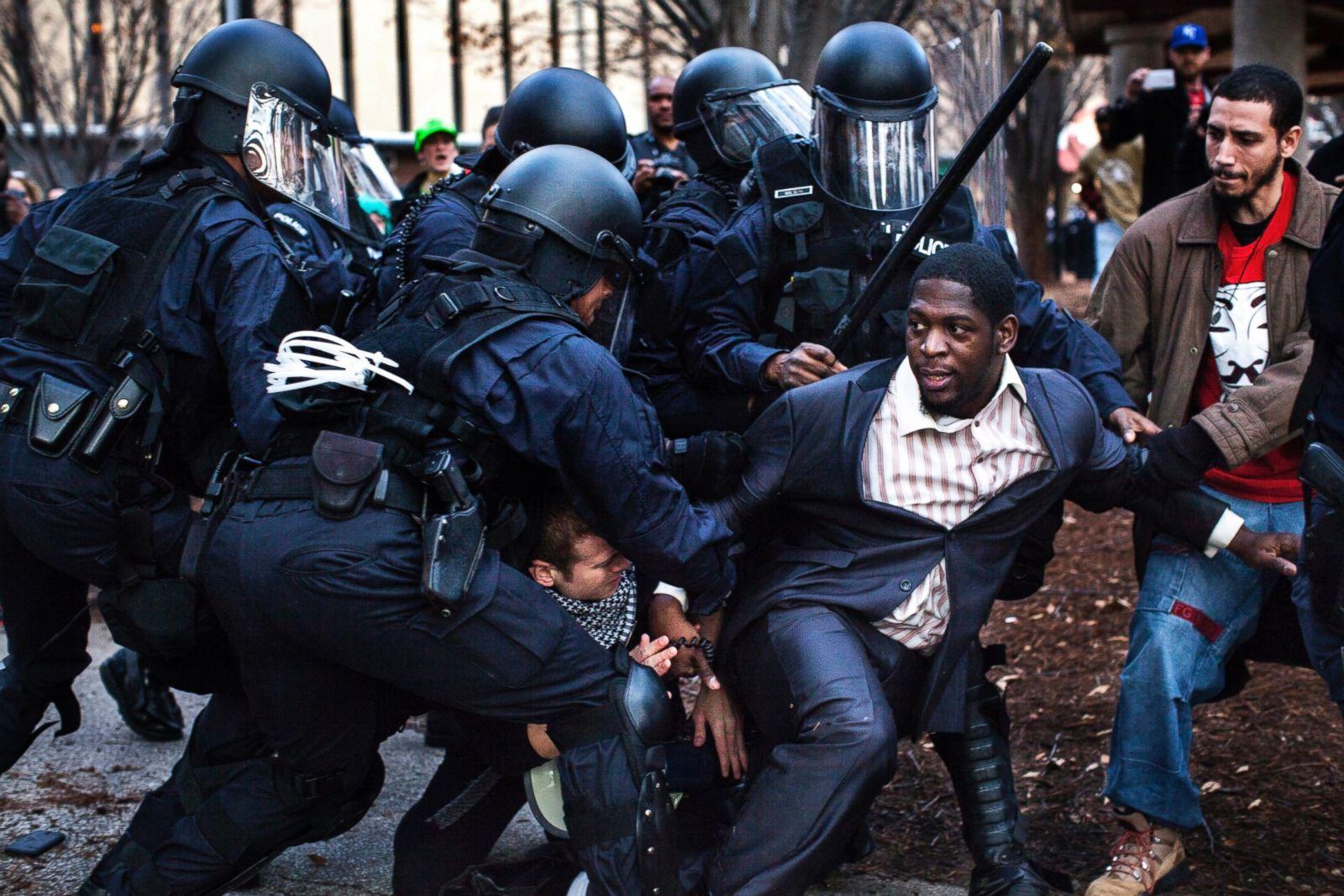 El obispo Derrick Robinson, que se había convertido en un líder notable entre los manifestantes de Ferguson, fue arrestado por la policía antidisturbios mientras protestaba en un parque público tras una marcha no violenta a las afueras de un partido de fútbol, el 30 de noviembre de 2014, en St. Louis. Fotografía: Natalie Keyssar