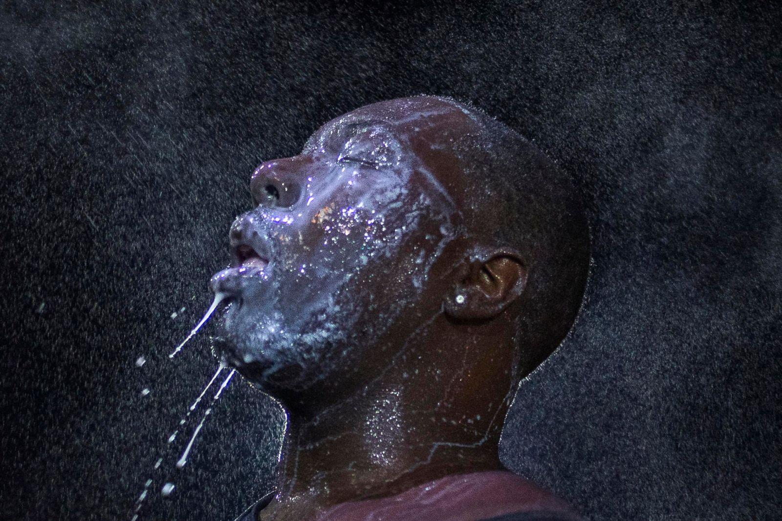 Un hombre es rociado con leches después de ser golpeado por un irritante ocular de la policía en Ferguson, Missouri, el 20 de agosto de 2014, durante las protestas por la muerte de Michael Brown. Fotografía: Adrees Latif/Reuters