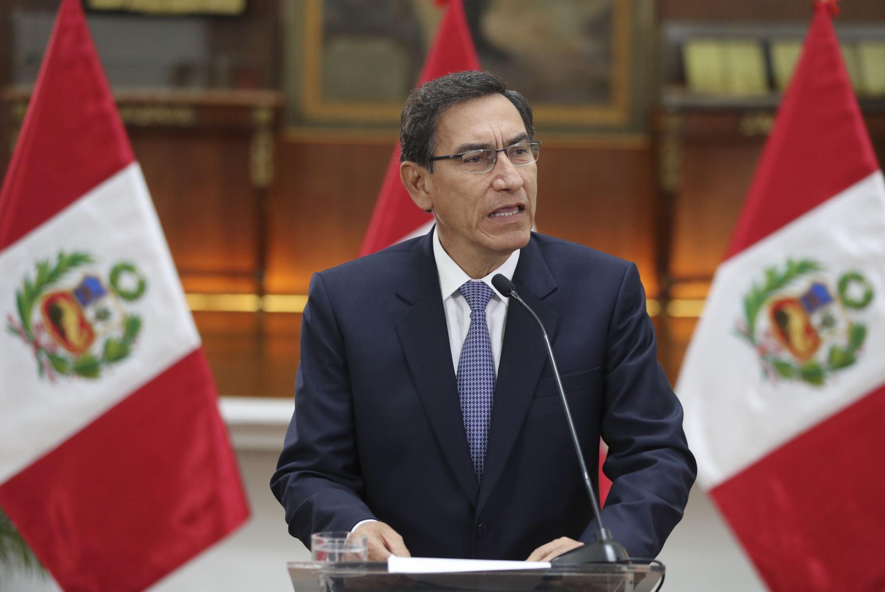 """Congreso de Perú destituye al presidente Martín Vizcarra por """"incapacidad moral"""""""