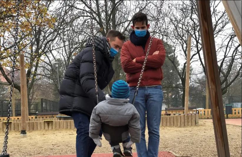 Hungría: Gobierno aprueba ley que prohíbe la adopción a familias homosexuales