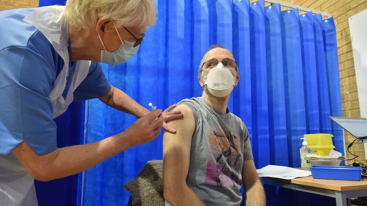 Reino Unido advierte que las personas con alergias graves eviten colocarse la vacuna de Pfizer