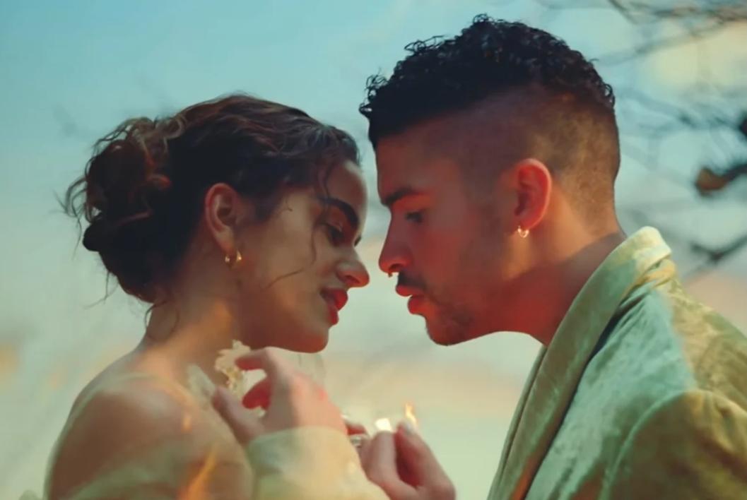 """Bad Bunny y Rosalía tienen un romance en su video """"La Noche de Anoche"""""""