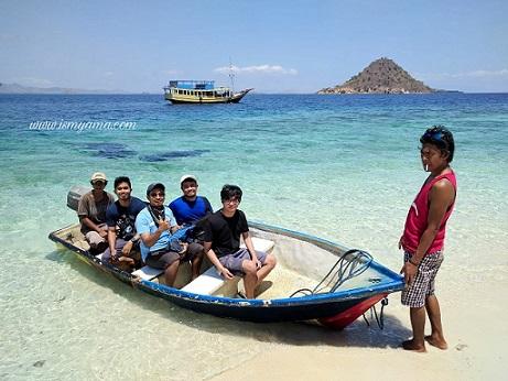 Pantai dan perahu di Pulau Kelor