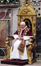 Benedikt XVI auf dem Stuhl