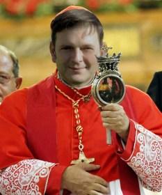 Cardinal Crescenzio Sepe montre de l'autel de la cathédrale de Nap
