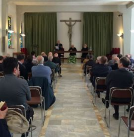 Enzo Weiß predigt Priester Sienna