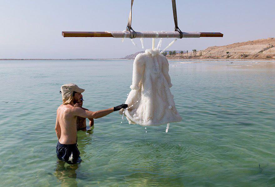 plate-v_1679091c5a880faf6fb5e6087eb1b2dc | Девушка оставила платье в Мертвом море на два года... Зачем она это сделала?