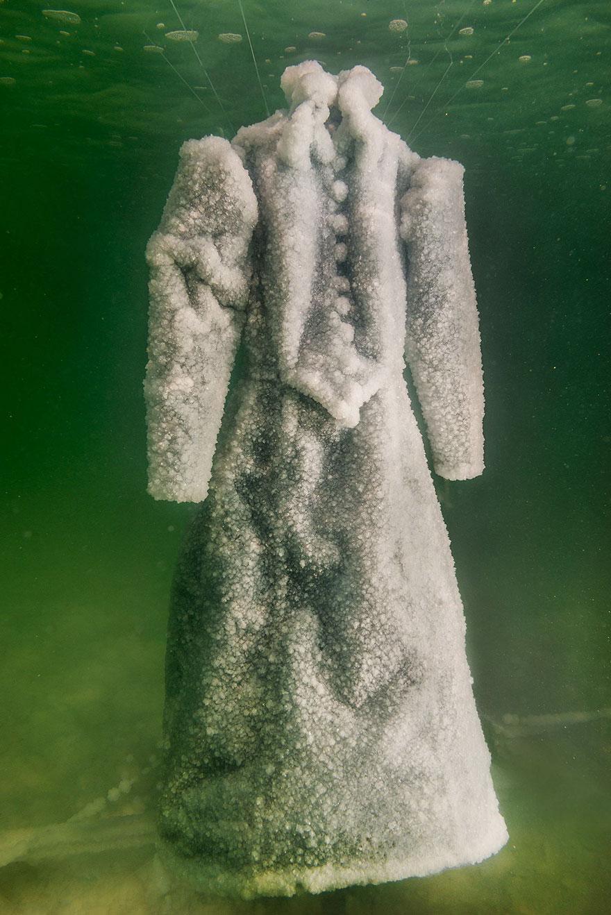 plate-v_a87ff679a2f3e71d9181a67b7542122c | Девушка оставила платье в Мертвом море на два года... Зачем она это сделала?