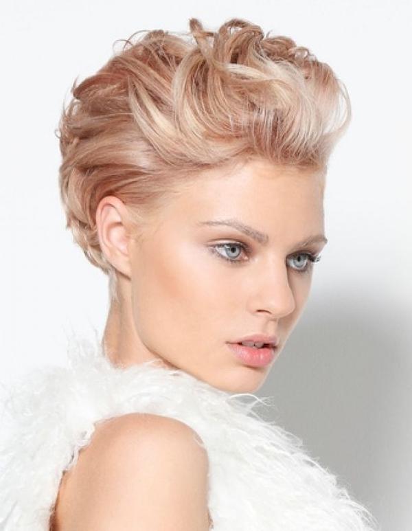 image12-42   Стильные укладки на короткие волосы 2018