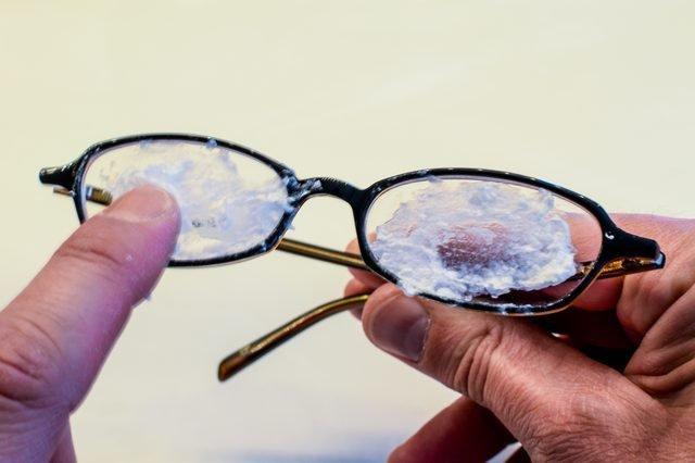image1-105 | 10 трюков, которые устранят царапины с ваших очков и сделают их почти новыми!