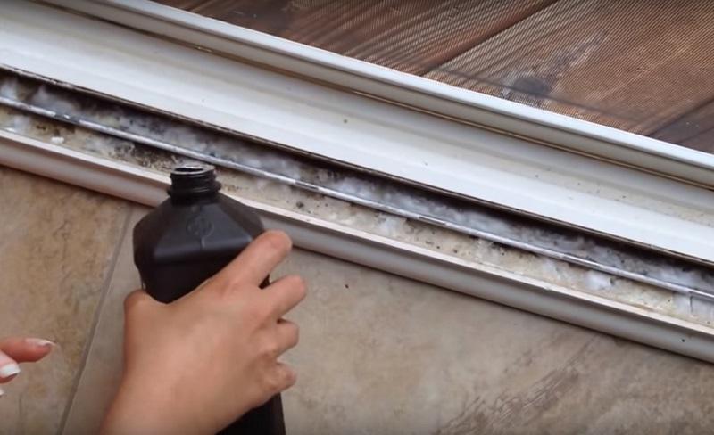 image2-80   Отличный способ  быстро помыть оконные рамы и системы раздвижных дверей