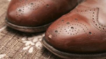 Убираем царапины с кожаной обуви