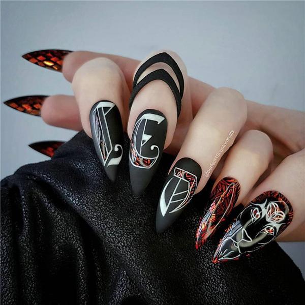 image14-21   Черный маникюр на ногти-стилеты