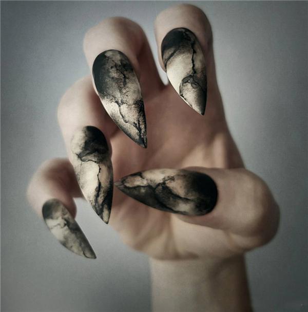 image4-23   Черный маникюр на ногти-стилеты