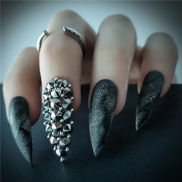 image9-23   Черный маникюр на ногти-стилеты