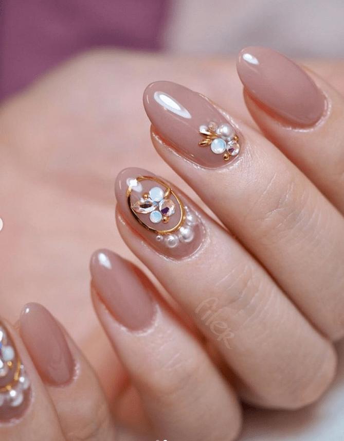 image7-6 | 16 идей розового маникюра с жемчугом на овальные ногти